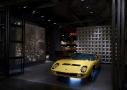 En su interior se encuentra algún que otro legendario automóvil como este Lamborghini Miura amarillo equipado con neumáticos Pirelli Cinturato.